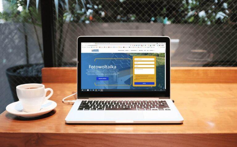 Komputer przedstawiający mock up strony internetwej Fotowoltaika Marwent