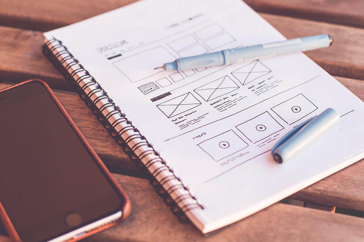 Zeszyt z projektem UX writingu strony www